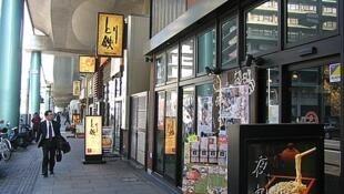 在日本的中國留學生有許多在小型的日本餐館打工。