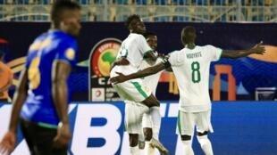 Les joueurs sénégalais fêtent le deuxième but de Krépin Diatta face à la Tanzanie.