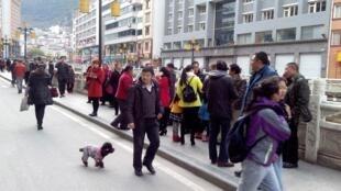 地震后康定县城居民站在街上2014年11月22日