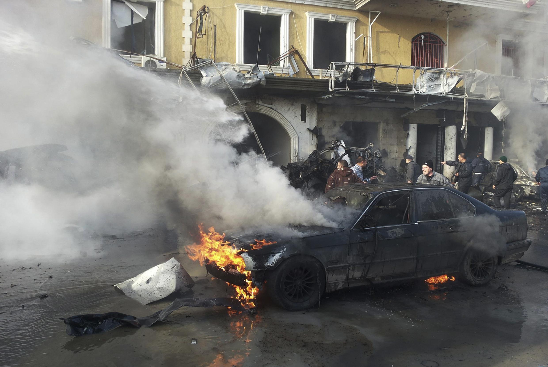Um atentado com carro-bomba na localidade libanesa de Hermel deixou ao menos três mortos nesta quinta-feira (16).