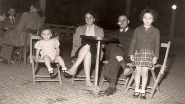 Le 2 octobre 1951 sur la place de la Brèche à Constantine, Benjamin Stora (à gauche) avec ses parents et sa soeur.