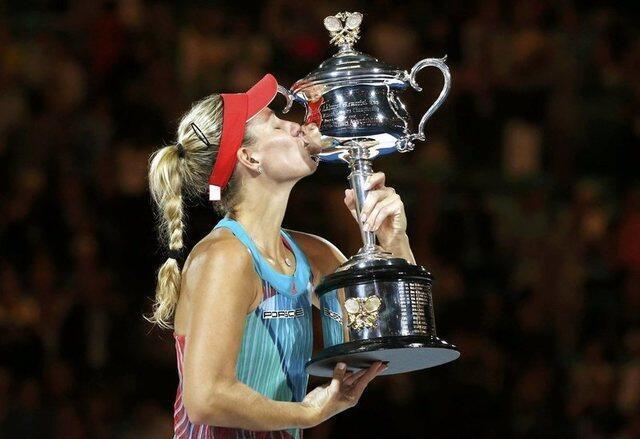 A alemã Angelique Kerber beija a taça do primeiro Grand Slam de sua carreira.