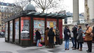 Chờ mua vé giá rẻ vào những phút cuối tại quầy vé/Kiosque Madeleine.