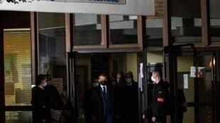 Emmanuel Macron devant le collège où exerçait le professeur assassiné vendredi 16 octobre 2020.