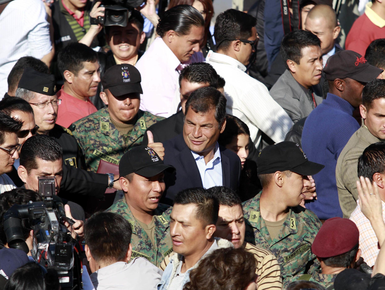 El Presidente de Ecuador Rafael Correa, levanta su dedo índice después de votar en Quito