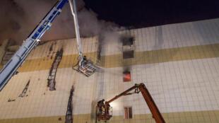 """Пожар в торговом центре """"Зимняя вишня"""" унес жизни 64 человек."""