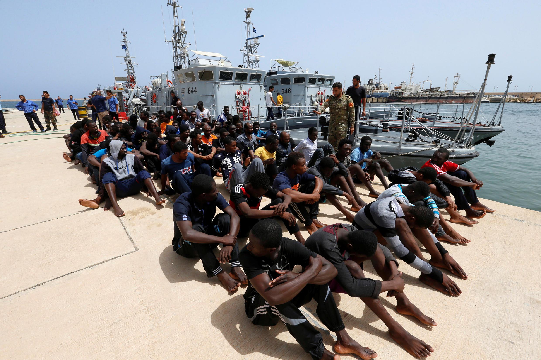 مهاجران در یک پایگاه نیروی دریایی در طرابلس. لیبی - ۱۲ تیر/ ٣ ژوئیه  ٢٠۱٨