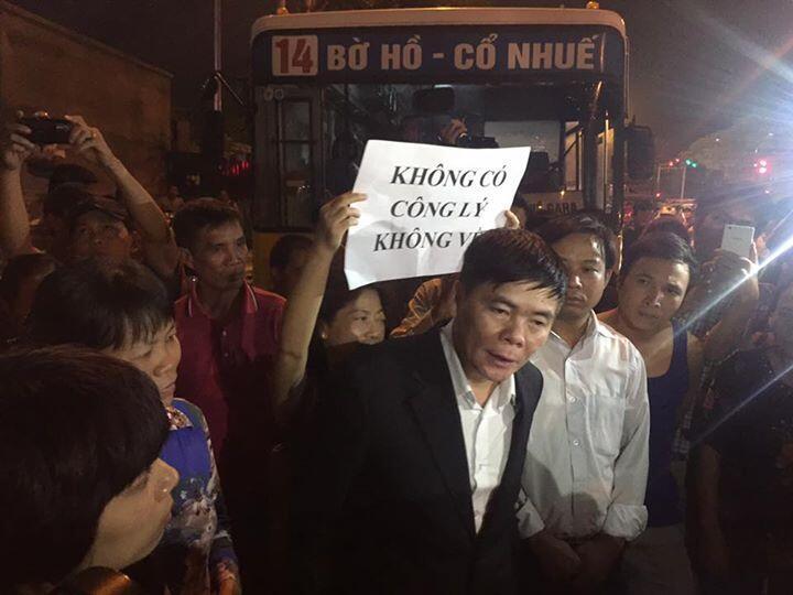 Luật sư Trần Vũ Hải được người dân chào đón khi ra khỏi đồn công an ở Hà Nội ngày 12/11/2015.