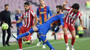 El azulgrana Gerard Piqué trata de cortar el avance de Luis Suárez durante el partido liguero entre FC Barcelona y Atlético de Madrid disputado el 8 de mayo de 2021 en el estadio Camp Nou