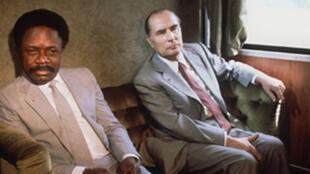 """Photo non datée du président français François Mitterrand (D) s'entretenant avec son homologue gabonais Omar Bongo à bord du train """"transgabonais""""."""