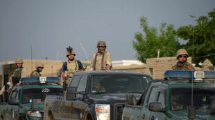 Des forces de sécurité afghanes arrivent sur le lieu  où s'est déroulée une attaque, près de la ville de Mazar-e-Charif, dans le province de Balkh, dans le nord de l'Afghanistan, le 21 avril 2017.