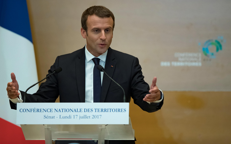 Emmanuel Macron fala durante encontro de prefeitos em Paris.