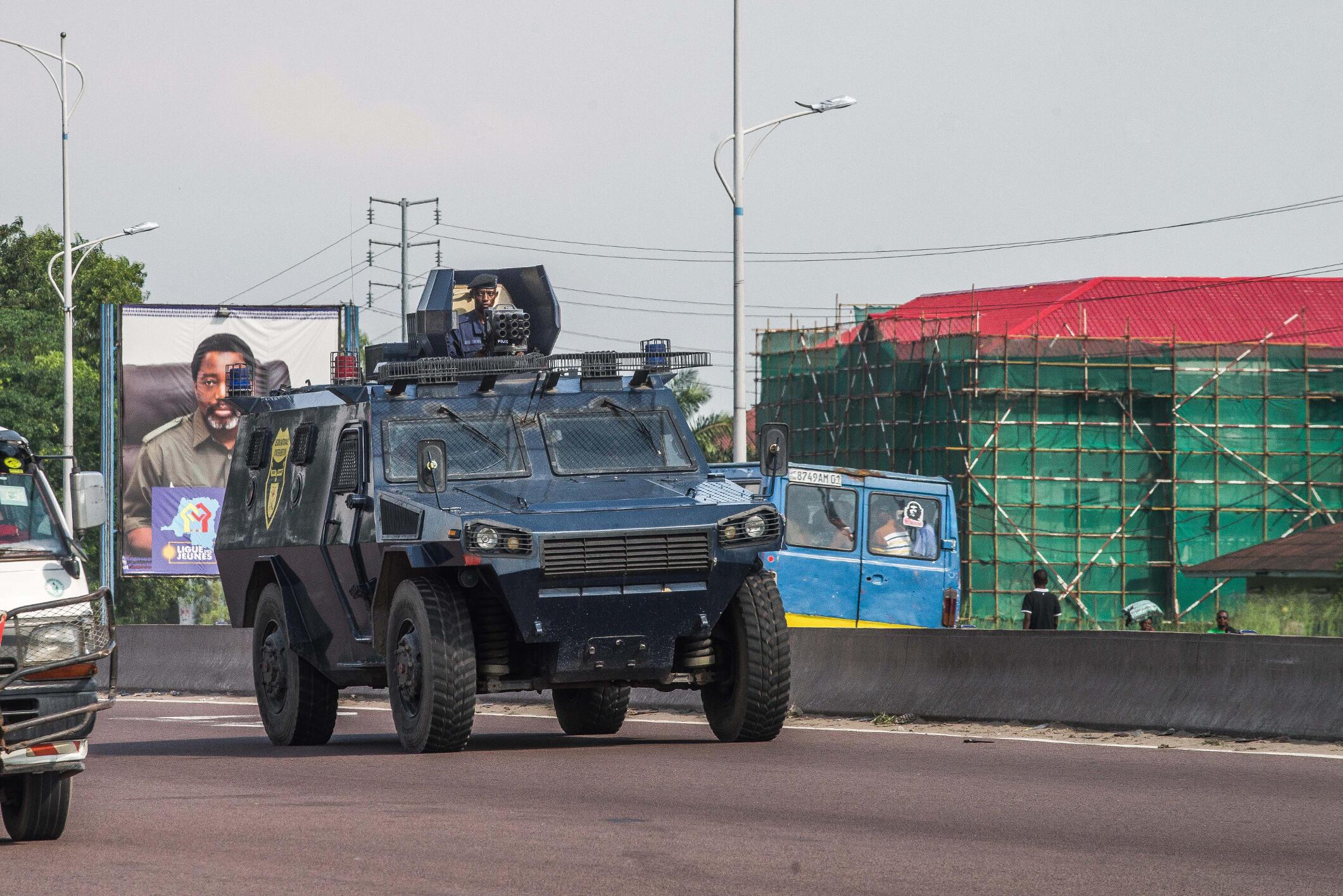 Gari ya polisi ikipiga doria katika mitaa ya Kinshasa.