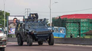 Un vehículo de la policía patrulla en Kinshasa el 30 de diciembre, en víspera de las marchas convocadas por la oposición católica  laica al presidente Jospeh Kabila.