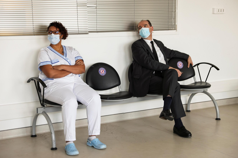 Премьер-министр Жан Кастекс ожидает своей очереди на вакцинацию 19 марта 2021.