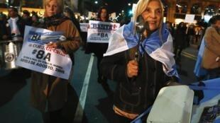 Panelaço argentino desta quinta-feira, 8 de agosto de 2013, protesta contra inflação e corrupção no país.