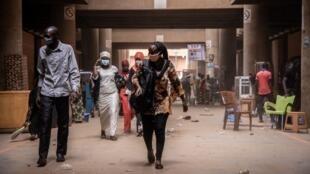 Au Burkina Faso, le port du masque est obligatoire à partir de ce lundi 27 avril 2020.