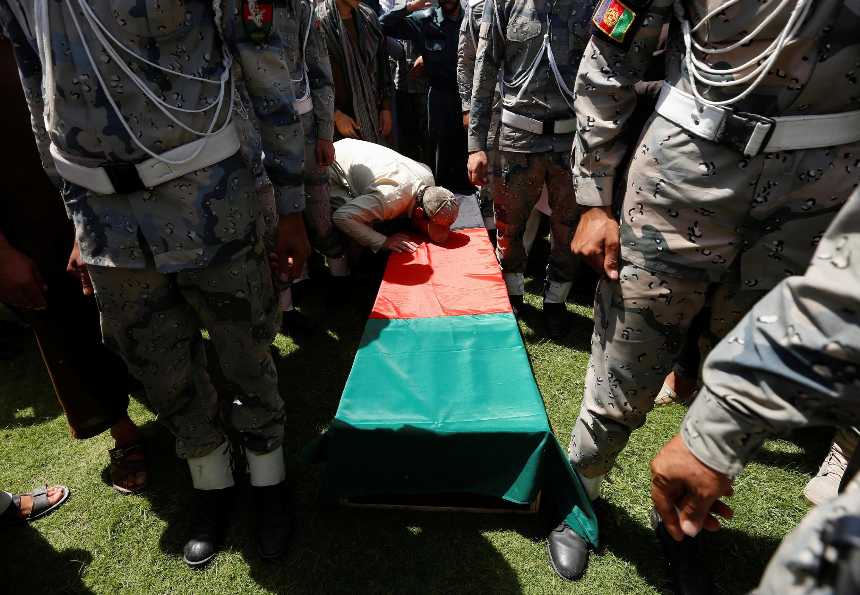 一名阿富汗士兵正在與巴基斯坦軍隊衝突中喪生的同伴告別 2016年6月14日