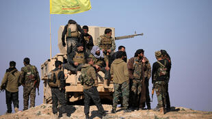 សមាជិកនៃកងកម្លាំងប្រជាធិបតេយ្យស៊ីរី (SDF) នៅជិត Baghouz ខេត្តឌីរីអេហ្ស័រ នៅថ្ងៃទី ១២ ខែកុម្ភៈឆ្នាំ ២០១៩ ។