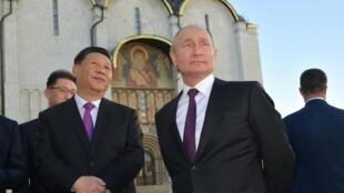 Tổng thống Nga Vladimir Putin (P) và đồng nhiệm Trung Quốc Tập Cận Bình, tại điện Kremlin, Matxcơva, ngày 05/06/2019
