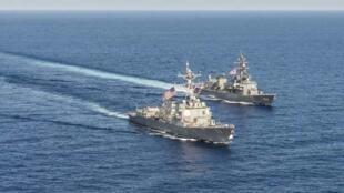 Tầu khu trục USS Mustin (DDG 89) tập trận cùng với hải quân Nhật Bản trên Biển Đông, ngày 21/04/2015.