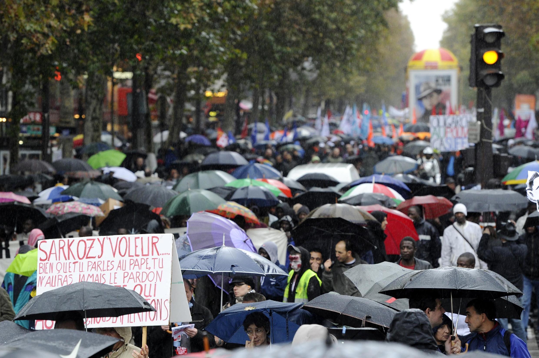 Manifestantes protestam contra a reforma aposentadoria em Paris.