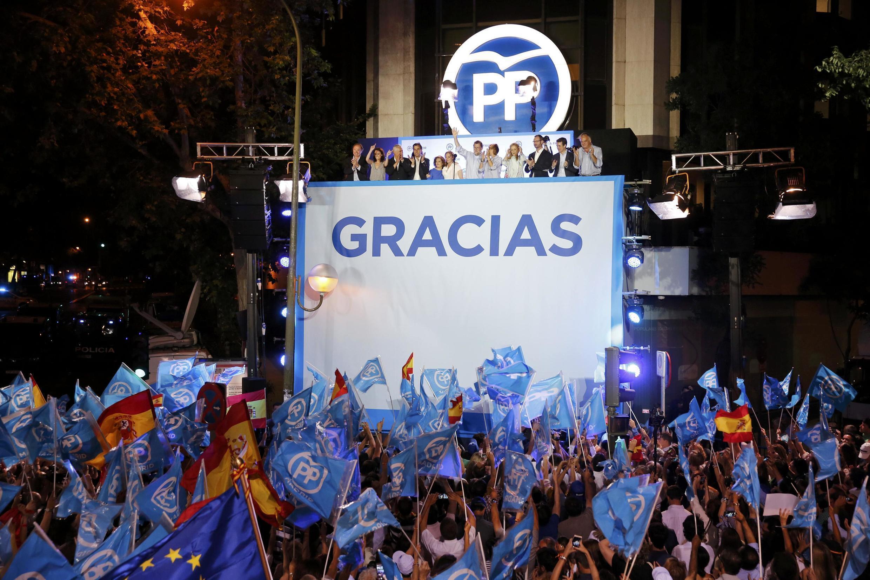 Mariano Rajoy,o presidente do partido popular, e os militantes do partido festejam a vitória
