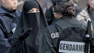 مهمترین هنجاری که اسلامگرایی و تروریسم به جامعۀ فرانسه تحمیل کرده نه هوشیاری که سوءظن همگانی است.