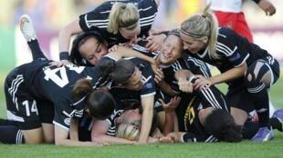 A equipa do Frankfurt a festejar o segundo golo que deu a vitória na final da Liga dos Campeões Feminina frente ao Paris Saint-Germain por 2-1.