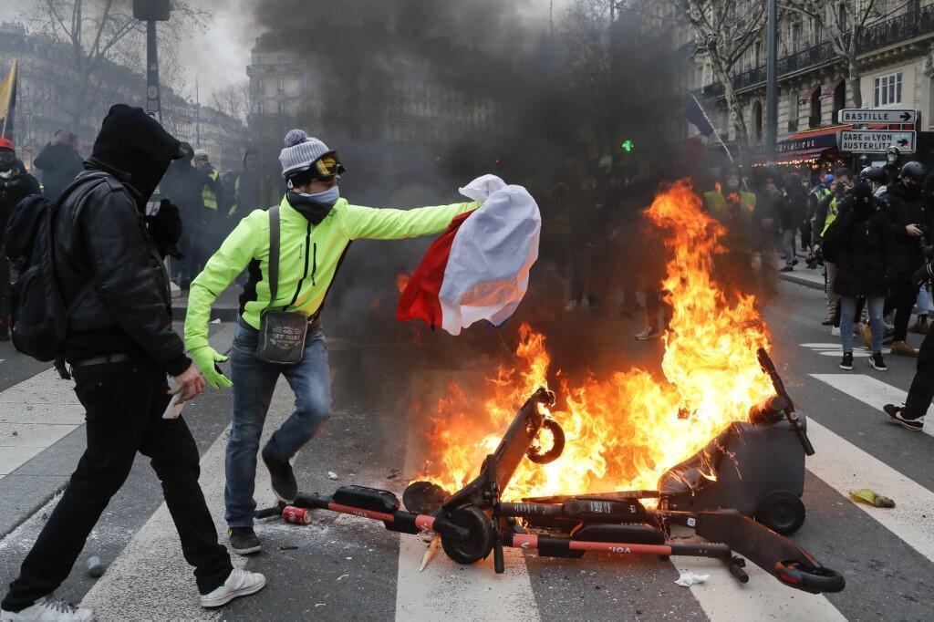 Во время акций «желтых жилетов» протестующие часто сжигали самокаты или кидали их в силы правопорядка