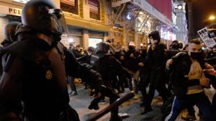 Enfrentamientos entre la policía y los manifestantes que protestan contra el encarcelamiento del rapero español Pablo Hasél, en Madrid, el 17 de febrero de 2021