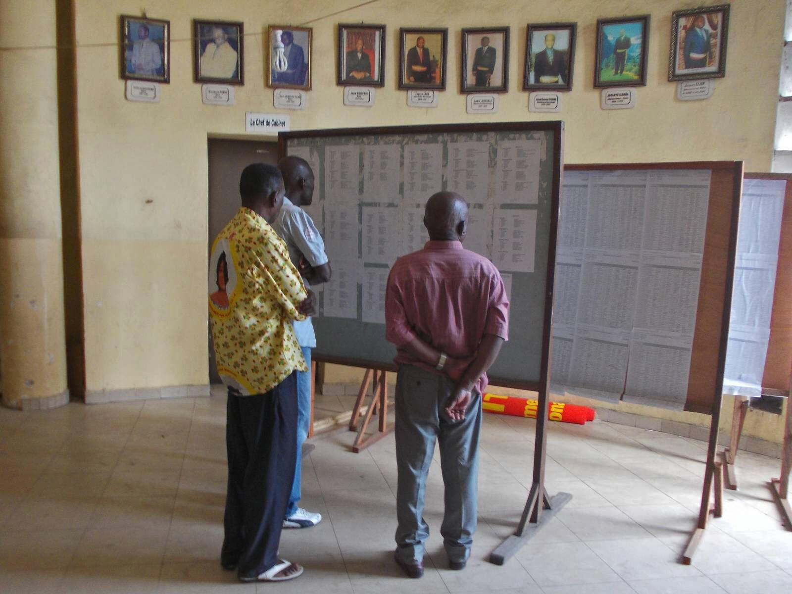 Des électeurs devant des listes électorales, au Congo-Brazzaville, 2016. (Image d'illustration)