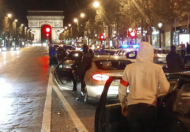 Полицейские на полчаса перекрыли своими машинами движение у Триумфальной арки.