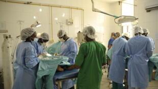 Opération de chirurgie pédiatrique au Centre hospitalier régional de Dapong au Togo.
