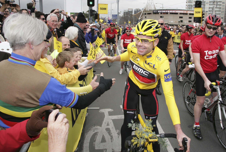 Habillé en jaune, comme lors de son triomphe, Cadel Evans a enfourché son vélo sur St Kilda Road, et parcouru la rue en serrant les mains.
