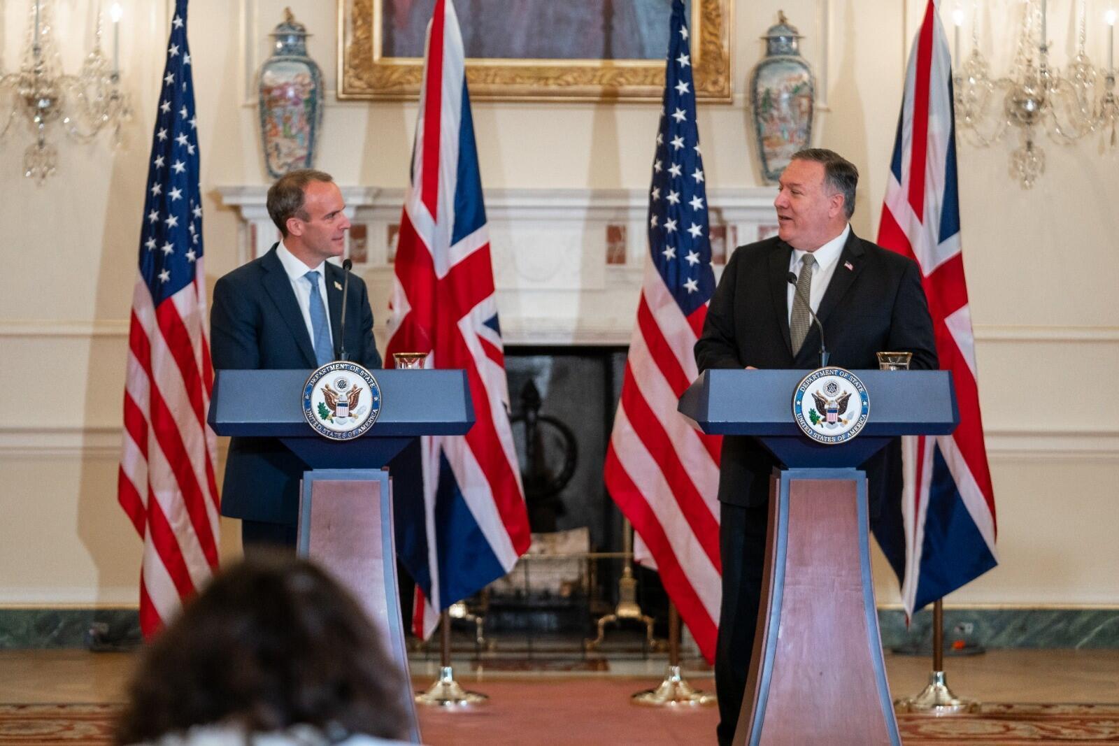 英国外交大臣拉布与美国国务卿蓬佩奥资料图片