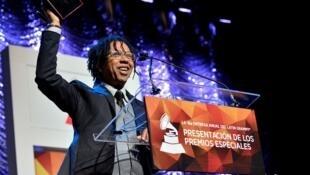 Djavan recebe o Grammy Latino