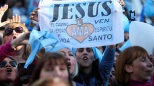 Manifestantes anti aborto, en Buenos Aires, el pasado 4 de agosto de 2018.