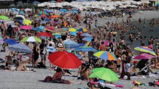 На пляже в Ницце рекордное количество купающихся.