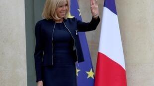 O papel de Brigitte Macron, a primeira-dama francesa, vem suscitando debate.