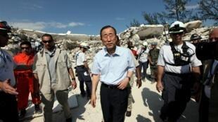 Ban Ki-moon, secrétaire général des Nations unies, visite le quartier général de l'ONU détruit, à Port-au-Prince, le 17 janvier 2010.