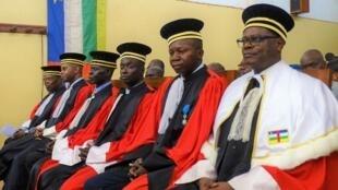 Toussaint Muntazini Mukimapa (à direita), procurador do Tribunal penal especial da RCA, a 30 de Junho de 2017 em Bangui no Parlamento..
