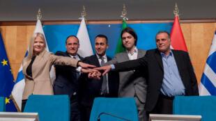 Le chef de file croate du parti Zivi Zid (2e droite) entourré de la Finlandaise Karoliina Kahonen (gauche), du Polonais Pavel Kukiz (2e gauche), Le Premier ministre italien Luigi di Maio (centre) et le Grec Evangelos Tsiobanidis (droite).