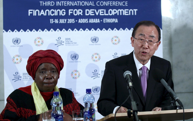 O secretário-geral da ONU, Ban Ki-moon, ao lado da presidente da Comissão da União Africana, Nkosazana Dlamini-Zuma, na Conferência  sobre Financiamento para o Desenvolvimento, a 13 de Julho de 2015.