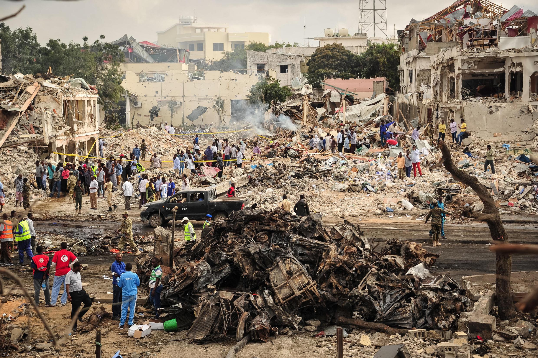 Photo prise le 15 octobre 2017  du lieu de l'explosion du camion piégé à Mogadiscio perpétré la veille et qui a fait au moins 137 morts et 300 blessés, ce qui en fait  l'attentat le plus meurtrier de l'histoire de la Somalie, selon la police.