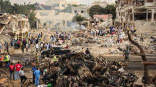 Photo prise le 15 octobre 2017  du lieu de l'explosion du camion piégé à Mogadiscio perpétré la veille.