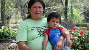 Maria Selva Figueiredo pose ici avec son enfant le plus jeune. Ex-criadita, elle élève seule ses six enfants à Remansito, un village près de la frontière argentine.