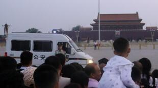 Một cảnh sát bán quân sự đứng gác vào lúc công chúng chờ xem lễ thượng kỳ trên quảng trường Thiên An Môn ngày 04/06/2019.