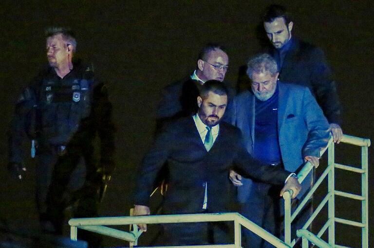 O ex-presidente Lula na chegada à Polícia Federal de Curitiba em 7 de abril de 2018.