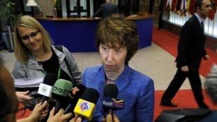 A chefe da diplomacia europeia, Catherine Ashton, fala com a imprensa ao final de uma reunião do Conselho de Ministros das Relações Exteriores, em Bruxelas.